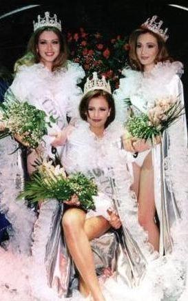 1997 Türkiye Güzellik Yarışması'nın finalinde çekilen bu fotoğrafa çok dikkatli bakın. Bu karedeki ünlüleri hemen tanıyabilecek misiniz.   Hemen bir ipucu verelim. Oturan güzel, o yıl yarışmayı birinci tamamlayan Gülsevim Bozar. 1997 Türkiye güzeli olarak taç giydi ama sonradan ortalıkta çok fazla görülmedi. Yanında ayakta duran iki genç kız ise yarışmanın ikincisi ve üçüncüsü. Onlar hala bu piyasada ve ikisi de çok ünlü. Kim olduklarını bulabildiniz mi?