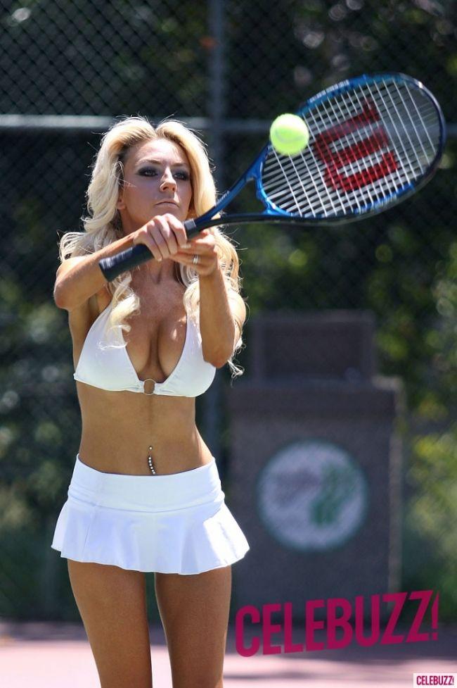 52 yaşındaki kocası Doug Hutchison ile tenis oynarken görüntülenen 17 yaşındaki yıldızın seksi kıyafeti de dikkat çekti. Ancak Stodden'ın tenis oynarken giydiği yüksek topuklu ayakkabısı ise gözlerden kaçmadı. 1976'da Martin Elliot tarafından çekilen ve ikon haline gelen fotoğraf daha önce birçok kere taklit edilmişti.