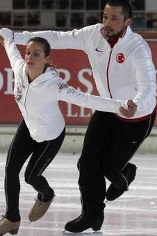 Buzda Dans yarışmasına katılan eski futbolcu İlhan Mansız, bu alandaki iddiasını da gözler önüne serdi. O seriyi birincilikle bitiren Mansız hakkında en son çıkan haber olimpiyatlara hazırlandığı yolundaydı.