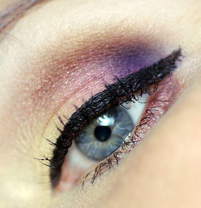 Ardından göz kapağınızın üzerine likit bir göz kalemiyle siyah bir çizgi çekin.