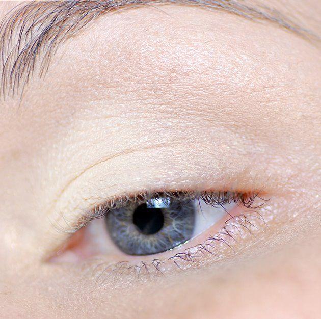 Önce gözlerinize günlük kullandığınız aydınlatıcınızı uygulayın.