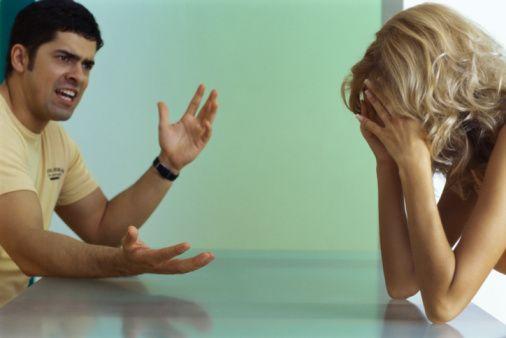 6-Aceleci olmak  Kadınlar, cinsellik başta olmak üzere birçok konuda erkeğin aceleci tavırlarından rahatsız olurlar. Oysa unutmamak gerek ki ilişki, iki bireyin arasında yaşanan, sabrı ve saygıyı gerektiren bir süreçtir.   Aceleyle karar veren, kendine odaklı ve acele ile cinsellik yaşayan bir erkek, bir süre sonra kadında dengesiz bir ruh haline neden olabilir. Özellikle söz konusu olan kadın olunca, karışık bir akıl ve dengesiz bir eş, kadın için hiç de iyi bir izlenim değildir.