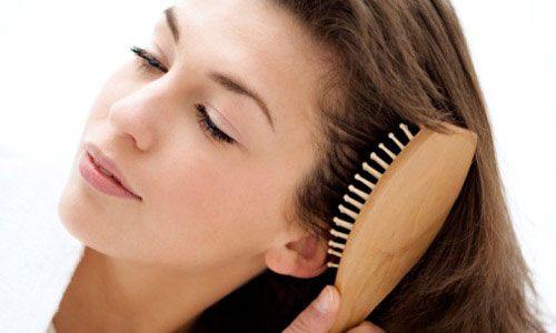 'Güzellik sırları' olarak adlandırdığımız önerileri, ne kadar yararlı olduğunu ya da bize ne kadar zarar verdiğini bilmeden uyguluyoruz. Ama, gerçekleri öğrenmenin zamanı geldi!  'Saçları günde 100 kez taramak, onları daha sağlıklı ve parlak yapar': Yanlış   Saçlarınız, düzenli tarandıklarında daha sağlıklı olacaklar diye bir kural yok. Üstelik, düşük kaliteli fırçalar saç uçlarının kırılmasına yol açabiliyor.  Öneri: Saçlarınızı taradıktan sonra parmak uçlarınızla saç derinize masaj yaparsanız, bu şekilde kan dolaşımınız hızlanacak ve saç kökleriniz daha çok beslenecektir.