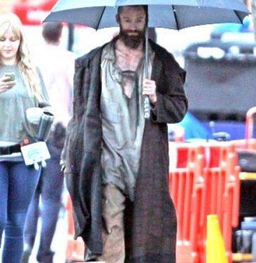 Başarılı oyuncu Hugh Jackman (43), yeni filmi 'Sefiller'de Jean Valjean karakterini canlandırıyor. Oynadığı rol gereği sefil bir insanı canlandıran ünlü oyuncuyu görenler hayrete düşüyor.