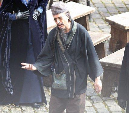 Tecrübeli oyuncu Robert Downey Jr. 'Sherlock Holmes: A Game of Shadows' adlı filmin setinde görüntülendi.