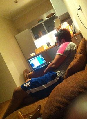 Kuşum Aydın, evinde TV seyrederken.