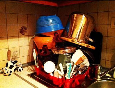 """Yalan Dünya'nın Tülay'ı İrem Sak'ın paylaştığı fotoğraflardan biri. Bulaşık yıkamış ve altına da """"Azıcık bulaşık birikmişti de"""" notunu düşmüş."""