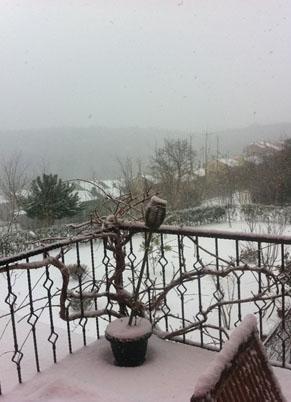 Bu da Dereoğlu'nun evinin balkonundan kar hatırası.