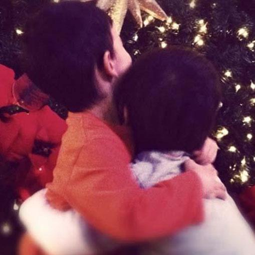 Ergen'in ikizleri yılbaşı ağacını süslüyor.