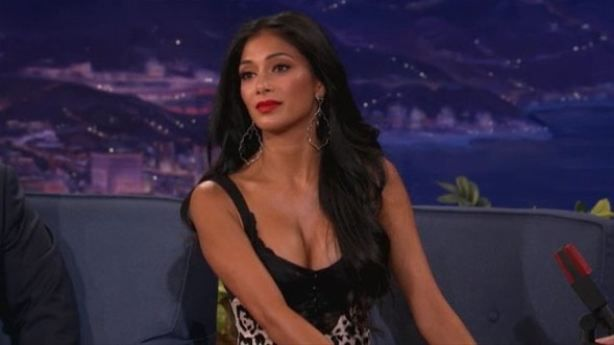 Dünyaca ünlü şovmen Conan O'Brien'ın programına derin dekolteli elbsesiyle katılan şarkıcı Nicole Scherzinger'in bakışlardan ve yapılan şakalardan utandığı anlar kameralara böyle yansıdı.