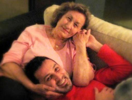 Metin Arolat annesine yaptığı ziyaretleri takipçileriyle paylaşıyor.