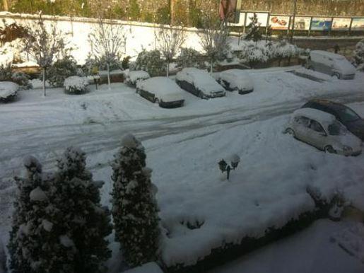 """Bu da evin salonunda çekilen bir başka fotoğraf. Bunda da """"kar içinde kaldım"""" notu var."""