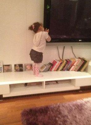 Yeliz Yeşilmen'ın kızı Tuvana yaramazlık peşinde.