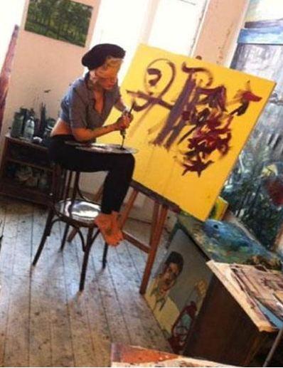 Hande Katipoğlu evinde resim yaparken.