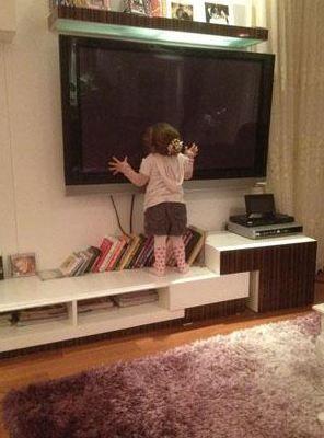 """Minik Tuvana annesinin deyimiyle """"tv'yi ısırıyor""""."""