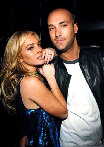 İngiliz şarkıcı Calum Best, Lindsay Lohan'den ayrıldıktan bir hafta sonra iki telekızla birlikte bir TV kanalına yakalanmıştı.