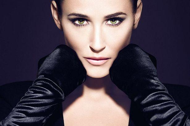 Demi Moore'un bir reklam kampanyası için çektirdiği fotoğraflarda aşırı photoshoplanmış yüzünü fark etmemek imkansızdı.