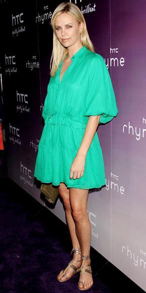 Mint yeşili elbisesi ve dore rengi sandaletiyle spor ve şık bir hava yaratıyor.