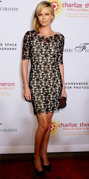 Giydiği üzeri dantel işlemeli elbisesi ve siyah topuklu ayakkabısıyla ciddi bir görüntü oluşturuyor.