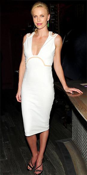 Siyah beyaz zıtlığın uyumunu bu elbise ve ayakkabısıyla bir kez daha görüyoruz.