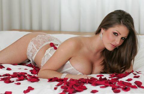 İngiltere'nin iri göğüsleriyle ünlü, modeli Lucy Pinder yine seksi pozlar vermek üzere objektiflerin karşısına geçti. Pinder, iç çamaşırıyla ve küvette görüntülendi.