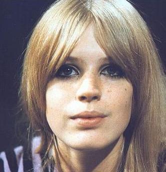 Bu güzel genç kadın neredeyse yarım asırdır milyonlarca kişiyi büyülüyor.