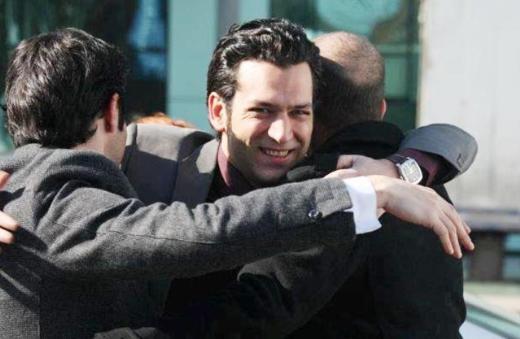 Birbirlerinden başka tutunacak kimseleri olmayan dört çocuğun hayaına odaklanan dizinin başrollerinde Murat Yıldırım, Sarp Akkaya, Berk Hakman, Aslı Enver oynuyor.