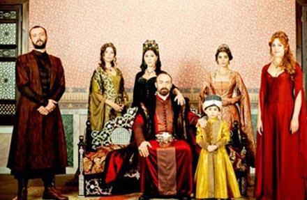Ama o dizi de benzetmelerden nasibini aldı. Özellikle de kostümleriyle The Tudors adlı diziye benzetildi.