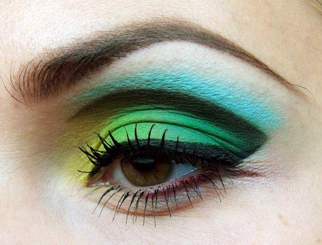 Çizgi göz makyajı nasıl yapılır? Yeşil ve sarı tonlarının göz alıcı çekiciliği eşliğinde bu farklı makyajı yapmaya ne dersiniz?