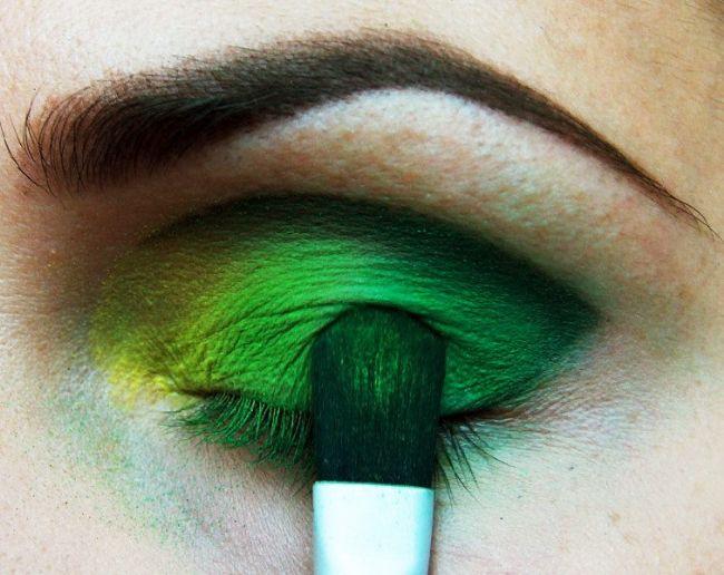 Daha koyu bir yeşille göz kapağınızın uç kısmına sürmeye devam edin.