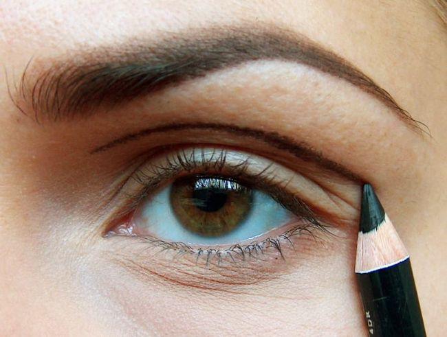Öncelikle göz kapağınızın hemen üzerine kavisli bir çizgi çekin fotoğraftaki gibi.