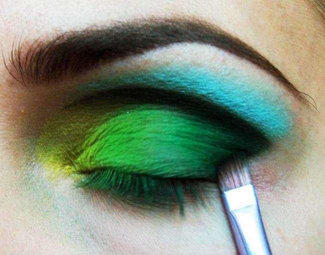İnce bir fırça yardımıyla çektiğiniz bu çizgiyi koyu renk bir farla belirginleştirip, dağıtın.