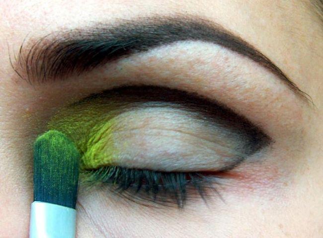 Sarı renk farınızı göz kapağınızın ucuna fırça yardımıyla sürün.