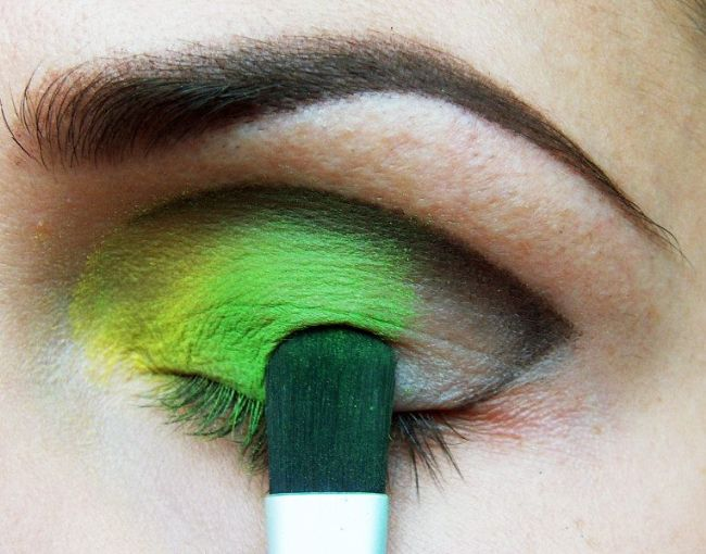 Ardından yeşil tondaki farınızı göz kapağınızın orta kısmına sürün.