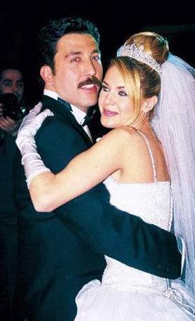 Emine Ün-Emre Kınay  Eski mankenlerden Emine Ün hayatını 2003 yılında, oyuncu Emre Kınay ile birleştirdi. Gözlerden uzak olmayı tercih eden çiftin Duru ismini verdikleri bir kızları oldu