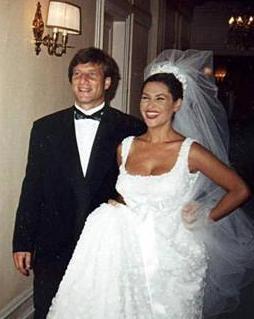 Hülya Avşar-Kaya Çilingiroğlu  Türkiye'nin en medyatik kadınlarından biri olan Hülya Avşar, hayatını 1997 yılında Paris'tye gerçekleştirilen nikah töreniyle Kaya Çilingiroğlu ile birleştirdi. Avşar kızı, 1998 yılında Zehra ismini verdiği bir kız çocuğu dünyaya getirdi.