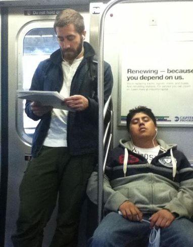 Ünlü oyuncu Jake Gyllenhaal de metro kullananlardan...Yakşıklı aktör özellikle Avrupa'ya gittiğinde halka karışıp metroya binmeyi sevdiğini söylüyor.