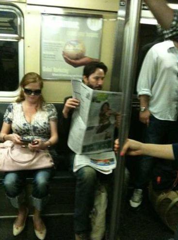 Oturduğu yeri ayakta bekleyen bir kadına veren Reeves, dünyanın dört bir yanındaki gazetelere haber oldu.