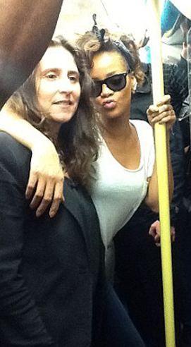 Rihanna, oturmak yerine metroda ayakta kalmayı tercih etti.