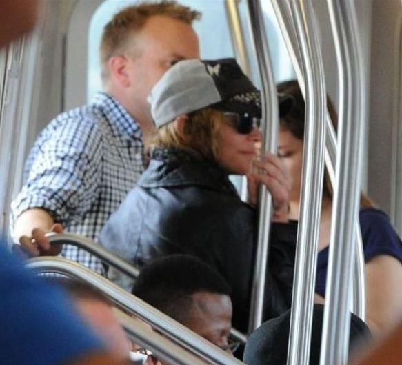 Madonna  New York metrosuna binen ve tanınmamak için kasketinin altına saklanan Madonna, ayakta yolculuk etmekten çekinmedi. Madonna kızı Lourdes'in de sık sık metroyla yolculuk ettiğini söyledi.