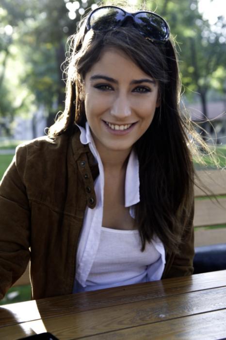 Hazal Kaya liseyi İstanbul İtalyan Lisesi'nde okudu. Bilgi Üniversitesi Sahne Ve Gösteri Sanatları Yönetimi Performans bölümünde öğrenci.