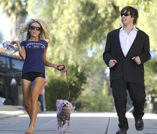 Lost'ta ve Yeşil Yol filminde oynayan başarılı aktör Doug Hutchinson (51), kendisinden 35 yaş küçük karısı Courtney Stodden köpeğini gezdirmeye öyle bir kıyafetle çıktı ki...