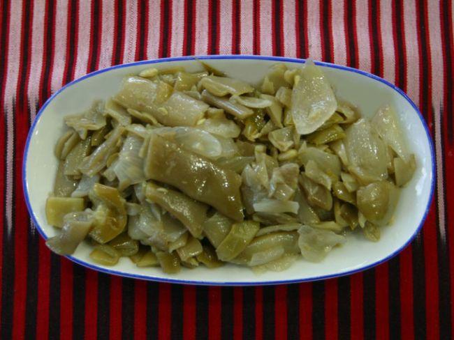 Turşu kavurması  Malzemeler:   1kg fasulye turşusu  5 diş sarımsak   3 adet soğan   tuz   ½ su bardağı sıvı yağ   Hazırlanışı:   Bir tencereye turşuları koyun ve üzerine bir litre su ilave edin. Hafif ateşte pişmeye bırakın. Turşular yumuşayıncaya kadar pişirin. Daha sonra bir süzgece dökün ve süzmesini bekleyin. Soğuyan tursu iki elle suyu iyice çıkıncaya kadar sıkılır. Ne kadar kuru olursa kavurma o kadar güzel olur. Soğanları ince kıyın, sarımsakları ezin ve bir tencereye yarım bardak sıvı yağ ile birlikte soğan ve sarımsakları ekleyin. Hepsini beraber kavurun. Soğanlar pembeleşince turşular eklenir ve ağır ateşte karıştırarak kavurun. Arzuya göre tuz ve pul biber eklenebilir.Kaynakwh: Kaynakwh:       Not:  Bu bir Karadeniz özellikle Trabzon ve Rize yemeğidir.