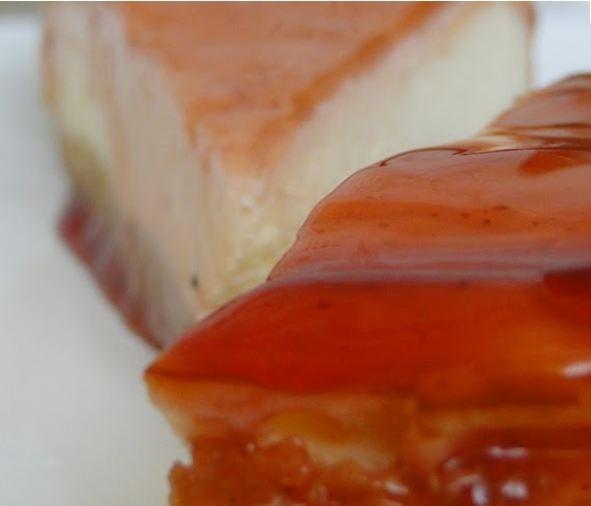 Kayısı soslu cheesecake  Malzemeler  • 1.5 paket yulaflı bisküvi  • 125 gr. eritilmiş tereyağı  • 750 gr. labne peyniri  • 100 gr. toz şeker  • 2 paket vanilya  • 3 adet yumurta  Sos için:  • 600 gr. Kayısı  • 1 çay bardağı toz şeker  • 2 paket vanilya  • ½ limonun suyu  Yapılışı   Bisküvileri mutfak robotunda toz haline getirip eritilmiş tereyağını ekleyin ve iyice harmanlayın.Kelepçeli kalıbın tabanını yağlı kâğıt kaplayıp bisküvileri kalıbın tabanına bastırarak yayın.Buzdolabında yarım saat kadar bekletin.Daha sonra peynir, şeker ve vanilyayı bir kaba alarak mikserle çırpın.Yumurtaları ilave ederek çırpmaya devam edin.Karışımı bisküvi tabanının üzerine dökün ve fırın tepsisine yerleştirerek önceden ısıtılmış 160 °C fırında 1 saat kadar pişirin.Oda sıcaklığında soğumaya bırakın ve buzdolabına koyup bir gece bekletin.Kayısıların çekirdeklerini çıkardıktan sonra kabuklarını temizleyin.Mutfak robotunda püre haline getirip, şeker, limon suyu ve vanilya ekleyerek orta ateşte 10 dk. pişmesini sağlayın.Soğuduktan sonra kekin üzerine dökün ve servis yapın.