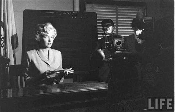 Marilyn Monroe'nun hiç görülmemiş fotoğraflar silsilesine, sanatçının 27 yaşındayken makyözüne verdiği özel pozlarla bir demet daha eklendi.