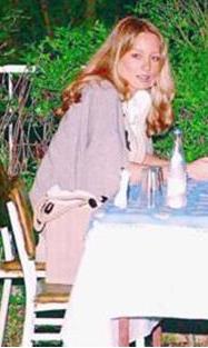 Moda tasarımı eğitimi alan İşçil oyunculuğa yöneldi. İlk olarak 2007'de Metropol Cafe dizisinde rol aldı.