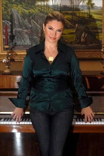Pınar Eliçe 3 milyon TL  Şarkıcı Pınar Eliçe, altı yıl evli kaldığı Esenyurt eski belediye başkanı Gürbüz Çapan'ın kardeşi Çetin Çapan'dan ihanete uğradığını ileri sürerek boşanırken, 3 milyon TL tazminat aldı.