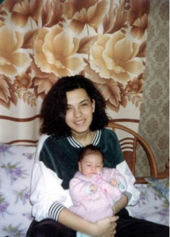 Yeşim Salkım  Sanatçı Yeşim Salkım, Mustafa İmre'den olan kızı Gizem ile birlikte.