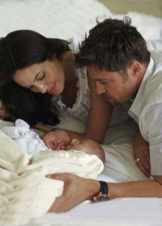 Angelina Jolie ve Brad Pitt merakla beklenen ikizlerinin ilk fotoğraflarını ise 14 milyon dolara sattı.