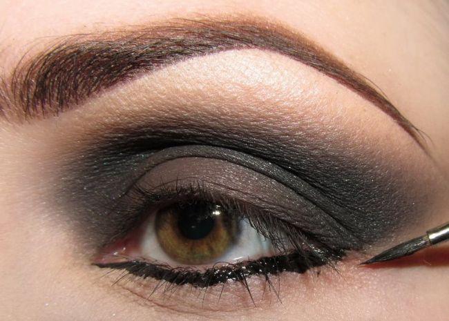 Göz kapağınızın altına çizgi halinde siyah bir likit kalem çekin.